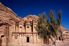Petra Monastery em Jordânia em Ásia uma opinião de árvore imagens de stock