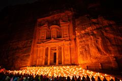 Petra nocą w Jordania z pięknym światłem zdjęcia stock