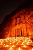 Petra nocą w Jordania z pięknym światłem obrazy stock
