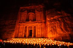 Petra nocą w Jordania z pięknym świeczki światłem fotografia stock