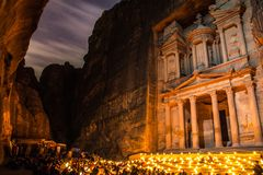 Petra onder het licht van de sterren en de kaarsen stock afbeelding