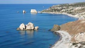 PETRA TOU ROMIOU, CYPRUS: Aphrodite` s rots en strand dichtbij Pafos stock footage