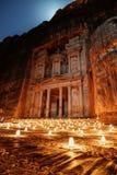 Petra vid natten, forntida arkitektur för kassa i kanjon, Petra i Jordanien fotografering för bildbyråer