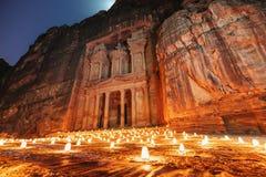 Petra vid natten, forntida arkitektur för kassa i kanjon, Petra i Jordanien 7 under reser destinationen i Jordanien royaltyfri bild