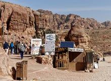 Petra, Wadi μούσα, Ιορδανία, στις 9 Μαρτίου 2018: Ένας στάβλος με πολλά σημάδια των ανανεώσεων, των βιβλίων και των αναμνηστικών  στοκ φωτογραφία με δικαίωμα ελεύθερης χρήσης