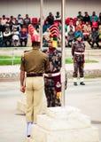 Petrapole-Benapole, Bangaon, le 5 janvier 2019 : Retraite commune de l'abaissement de la cérémonie de drapeaux nationaux, une exp image libre de droits