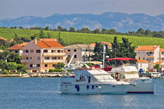 Petrcane wioski idylliczny jachtingowy nabrzeże zdjęcie royalty free