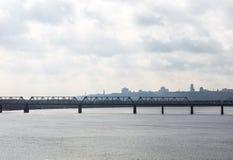 Petrivskiy铁路桥梁在横跨Dnieper的Kyiv 库存图片