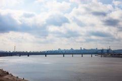 Petrivskiy铁路桥梁在横跨Dnieper的Kyiv 免版税库存照片