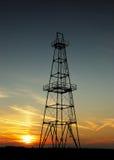 Petróleo abandonado pozo en la puesta del sol Imagen de archivo libre de regalías