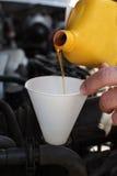 Petróleo de motor de derramamento no motor Imagem de Stock