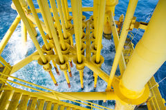 Petróleo e gás produzindo entalhes na plataforma a pouca distância do mar, indústria de petróleo e gás Entalhe principal bom na p Imagem de Stock