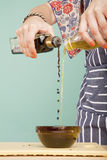 Petróleo e vinagre de mistura Fotografia de Stock Royalty Free