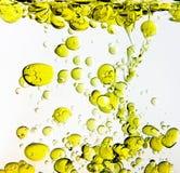 Petróleo verde-oliva na água Fotografia de Stock Royalty Free