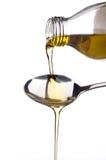 Petróleo verde-oliva que está sendo derramado em uma colher Imagem de Stock Royalty Free