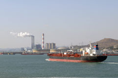 Petróleo y industria petrolera - buque de petróleo del grude Fotos de archivo libres de regalías