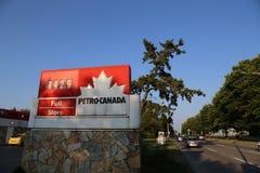 Petro加拿大加油站的一边在BC温哥华加拿大 免版税库存照片