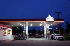 Petro加拿大加油站的一边 免版税库存图片