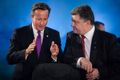 Petro Poroshenko και Ντέιβιντ Κάμερον κατά τη διάρκεια μιας συνεδρίασης στο ΝΑΤΟ Στοκ Φωτογραφία