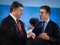 Petro Poroshenko en Anders Fogh Rasmussen tijdens een vergadering bij t Stock Afbeelding