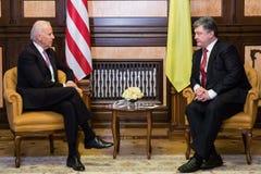 Petro Poroshenko en Joe Biden tijdens hun vergadering in Kiev Stock Foto
