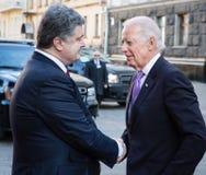 Petro Poroshenko en Joe Biden tijdens hun vergadering in Kiev Stock Afbeelding