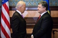 Petro Poroshenko i Joe Biden podczas ich spotkania w Kijów Obrazy Royalty Free
