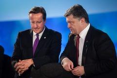 Petro Poroshenko och David Cameron under ett möte på NATO Royaltyfria Foton
