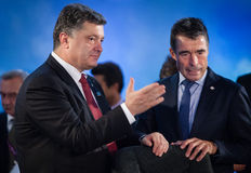 Petro Poroshenko y Anders Fogh Rasmussen durante una reunión en t Imagenes de archivo