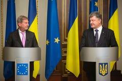 Petro Poroshenko y Johannes Hahn Foto de archivo libre de regalías