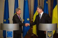 Petro Poroshenko y Johannes Hahn Foto de archivo