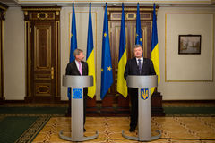 Petro Poroshenko y Johannes Hahn Imagen de archivo libre de regalías