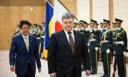 Petro Poroshenko y Shinzo Abe Foto de archivo libre de regalías