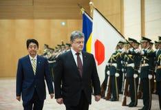 Petro Poroshenko y Shinzo Abe Fotografía de archivo libre de regalías