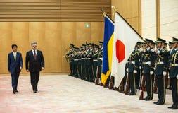 Petro Poroshenko y Shinzo Abe Imágenes de archivo libres de regalías
