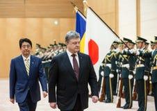 Petro Poroshenko y Shinzo Abe Imagenes de archivo