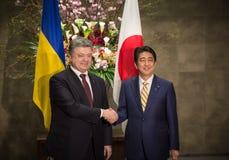 Petro Poroshenko y Shinzo Abe Fotografía de archivo