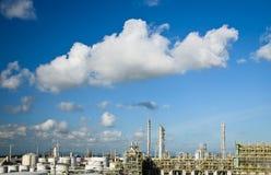 Petrochemicalväxt i klar sky royaltyfri foto