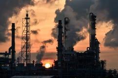 Petrochemicalväxt på gryning arkivbilder