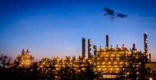 Petrochemicalväxt på gryning royaltyfria bilder