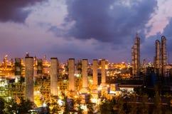 Petrochemicalväxt på skymningen arkivbilder