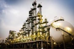 Petrochemicalväxtkolonnen står hög Royaltyfri Foto
