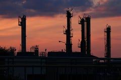 Petrochemische de installatieschemering van de olieraffinaderij stock afbeeldingen
