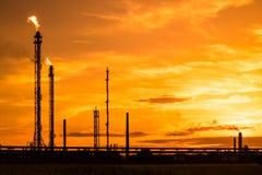 Petrochemische Fabrik bei Sonnenuntergang stockbild