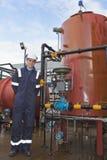 Petrochemische Fremdfirma, die zum camra aufwirft Lizenzfreies Stockbild