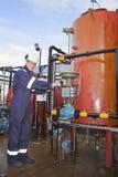 Petrochemische Fremdfirma, die zur Kamera aufwirft Stockfoto