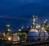 Petrochemische installatie bij nacht Royalty-vrije Stock Foto's