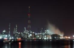 Petrochemische installatie in de nacht Stock Foto's