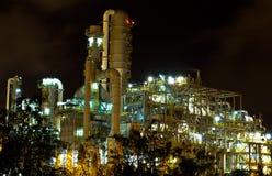 Petrochemische installatie in de nacht. Stock Afbeelding