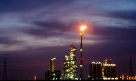 Petrochemische installatie en gloed bij schemering Royalty-vrije Stock Afbeelding